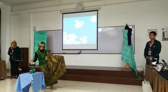 Aktivasi Zat Warna Indigosol pada Batik dengan Menggunakan Sinar Ultraviolet sebagai Upaya Peningkatan Kualitas Warna Batik